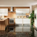 rodrix-küchenstudio-showroom-küche-dan-weiß-T-form-holz-panele