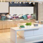 rodrix-küchenstudio-showroom-küche-dan-weiß-block-insel-motiv-panele