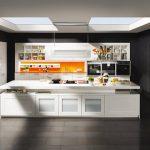 rodrix-küchenstudio-showroom-küche-dan-weiß-block-insel-orange-panele