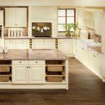 rodrix-küchenstudio-showroom-küche-dan-weiß-L-form-insel-holz-landhausstil