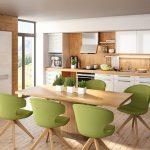 rodrix-küchenstudio-showroom-küche-dan-weiß-block-holz-stühle-grün