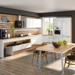 rodrix-küchenstudio-showroom-küche-dan-weiß-U-form-holz-stühle-tisch