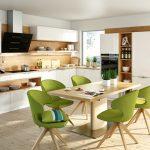 rodrix-küchenstudio-showroom-küche-dan-weiß-L-form-holz-tisch-stühle