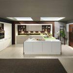 rodrix-küchenstudio-showroom-küche-dan-weiß-U-form-glänzend-anbau-grün