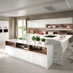 rodrix-küchenstudio-showroom-küche-dan-weiß-insel-glänzend-kombi-marmor