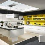 rodrix-küchenstudio-showroom-küche-dan-weiß-kombi-U-form-glänzend-gelb