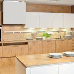 rodrix-küchenstudio-showroom-küche-dan-naturholz-weiß-kombi-insel