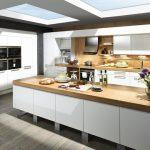 rodrix-küchenstudio-showroom-küche-dan-weiß-naturholz-insel