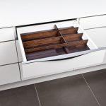 rodrix-küchenstudio-showroom-küche-dan-lade-weiß-holz-mahagoni