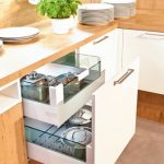 rodrix-küchenstudio-showroom-küche-dan-lade-weiß-geschirr-glas
