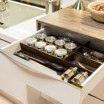 rodrix-küchenstudio-showroom-küche-dan-lade-weiß-gewürze