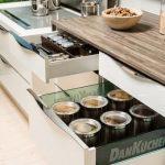 rodrix-küchenstudio-showroom-küche-dan-lade-weiß-glas-behälter