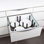 rodrix-küchenstudio-showroom-küche-dan-lade-weiß-geschirr