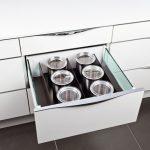 rodrix-küchenstudio-showroom-küche-dan-lade-weiß-behälter