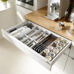 rodrix-küchenstudio-showroom-küche-dan-lade-weiß-schiene