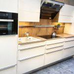 rodrix-küchenstudio-showroom-küche-weiß-holz-naturplatte-block