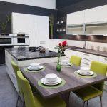 rodrix-küchenstudio-showroom-küche-lack-weiß-holz-marmor-insel