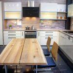 rodrix-küchenstudio-showroom-küche-lack-weiß-holz-naturplatte-L-Form