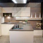 rodrix-küchenstudio-showroom-küche-lack-beige-glänzend-L-Form