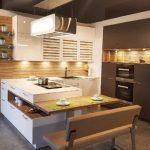 rodrix-küchenstudio-showroom-küche-weiß-lack-holz-glänzend-L-Form