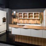 rodrix-küchenstudio-showroom-küche-weiß-lack-holz-glänzend-U-Form