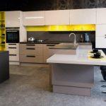 rodrix-küchenstudio-showroom-küche-weiß-lack-gelb-glänzend-insel