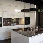 rodrix-küchenstudio-showroom-küche-weiß-lack-glänzend-insel-marmorplatte