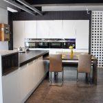 rodrix-küchenstudio-showroom-küche-weiß-lack-glänzend-insel-modern