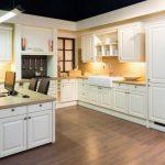rodrix-küchenstudio-showroom-küche-weiß-matt-landhausstil-insel