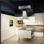 rodrix-küchenstudio-showroom-küche-weiß-lack-L-Form