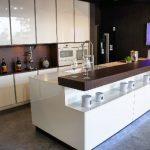 rodrix-küchenstudio-showroom-küche-weiß-lack-modern-insel