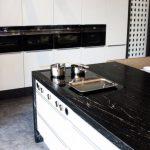 rodrix-küchen-showroom-arbeitsplatte-schwarz